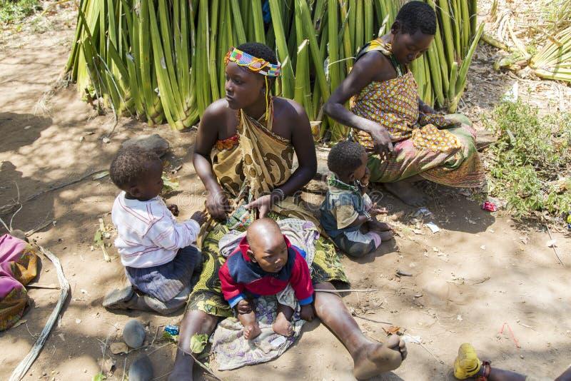 Mulher com as crianças pequenas do tribo de Hadzabe foto de stock royalty free