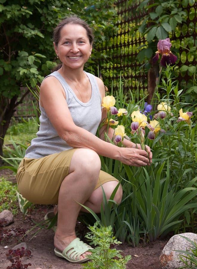 Mulher com as flores da íris imagens de stock royalty free