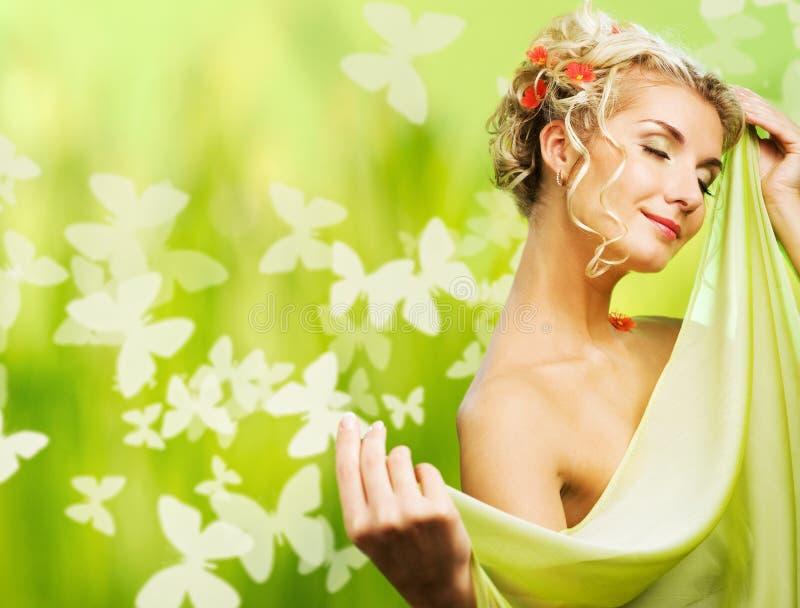 Mulher com as flores frescas em seu cabelo fotografia de stock