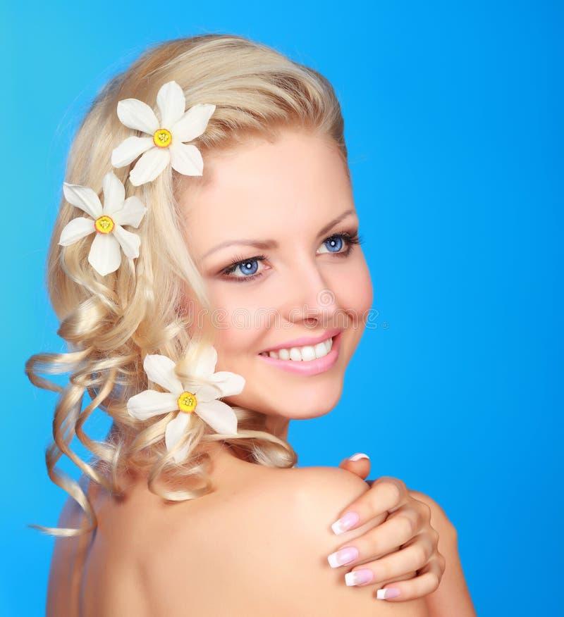 Mulher com as flores no cabelo fotos de stock