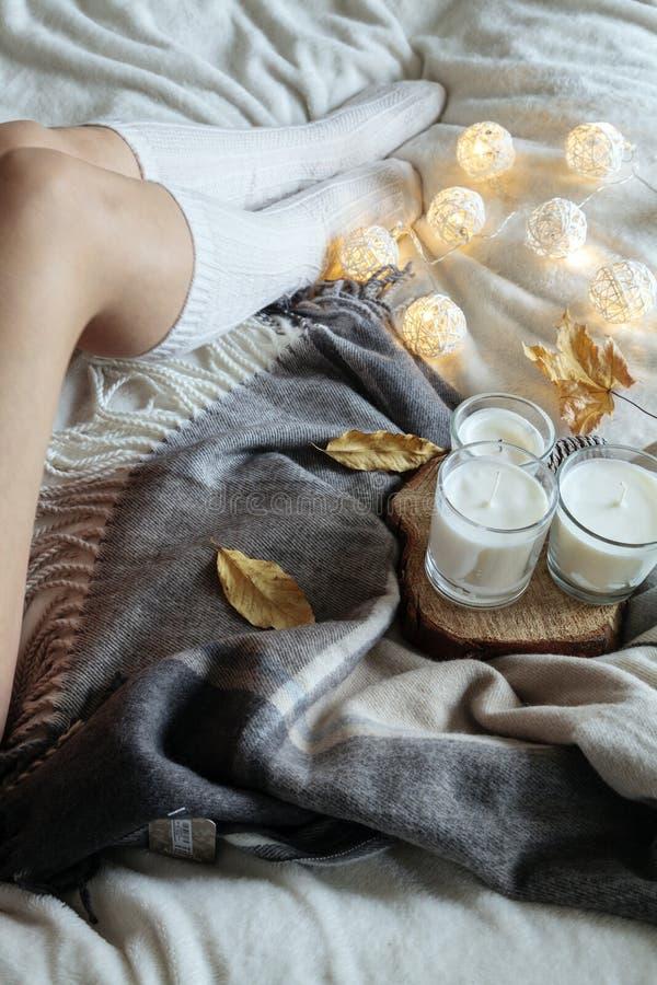 Mulher com as peúgas de lã mornas na cama foto de stock royalty free