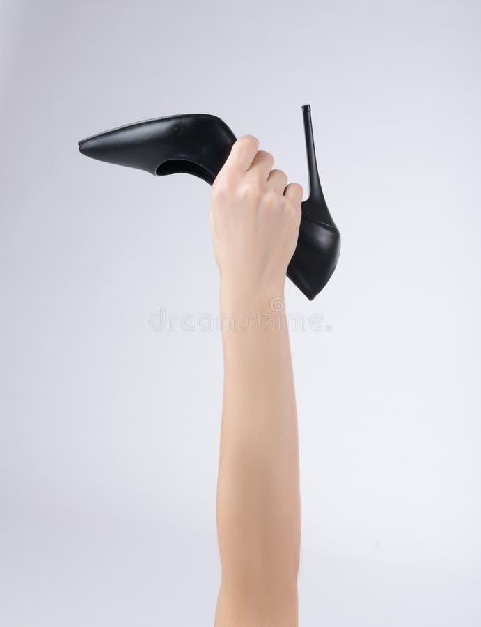 Mulher com as sapatas, as mãos e os braços da mulher do estilete dos saltos altos aumentados acima fotos de stock