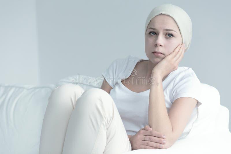 Mulher com assento do câncer imagens de stock royalty free