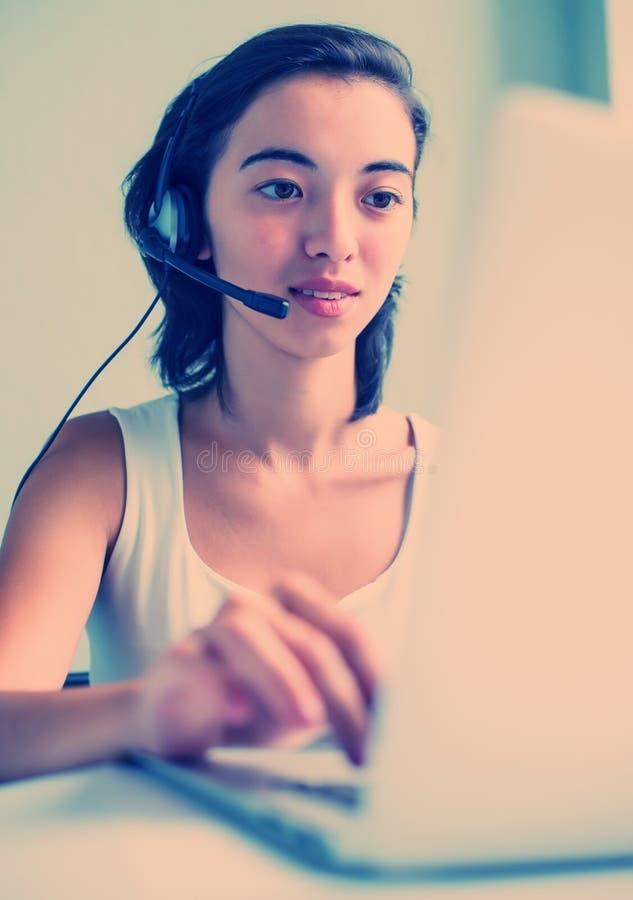 Mulher com auriculares fotografia de stock