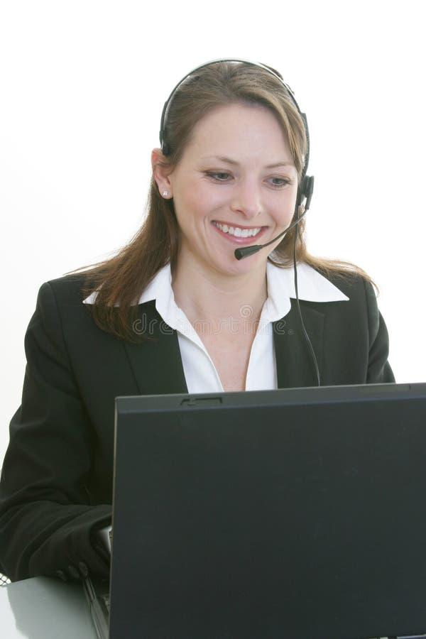 Mulher com auriculares e computador