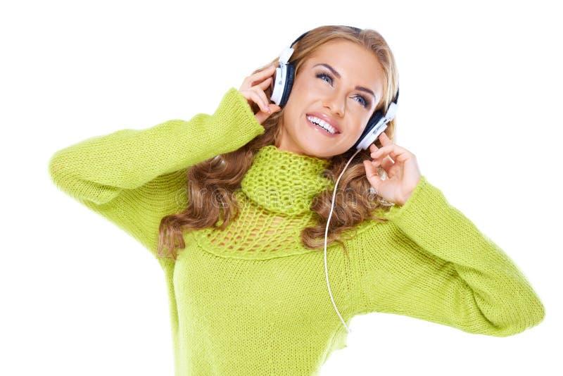 A mulher com auscultadores escuta a música fotos de stock royalty free