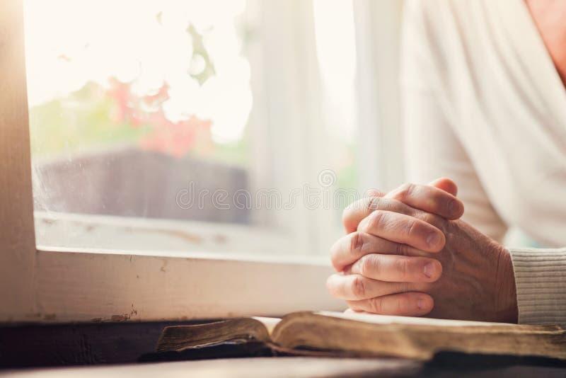 Mulher com a Bíblia fotos de stock royalty free