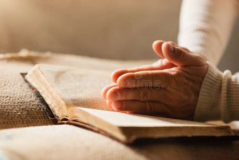 Mulher com a Bíblia imagem de stock