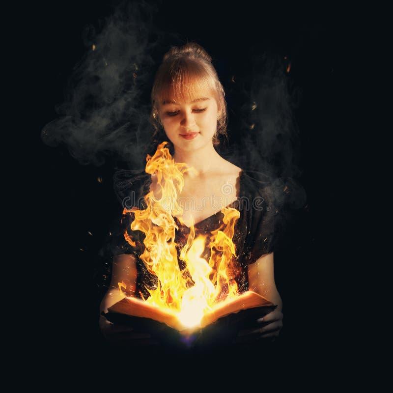 Mulher com a Bíblia do fogo fotos de stock royalty free