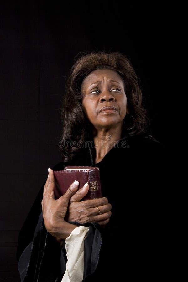 A mulher com a Bíblia Eyes à esquerda fotos de stock