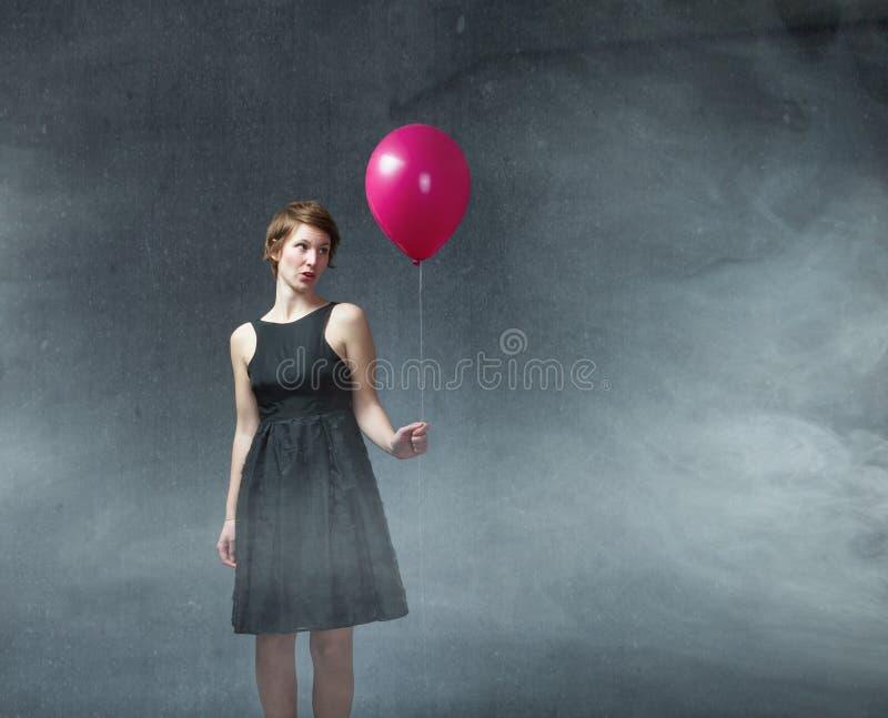 Mulher com balão vermelho disponível foto de stock royalty free