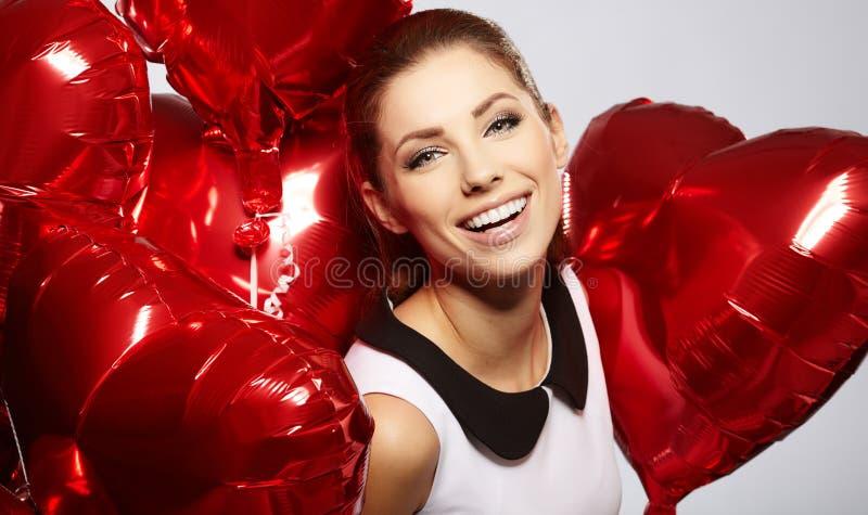 Mulher com balões coração-dados forma imagens de stock