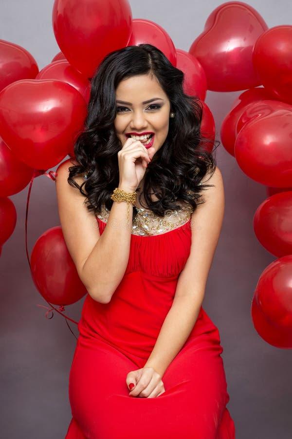 Mulher com ballons vermelhos fotografia de stock