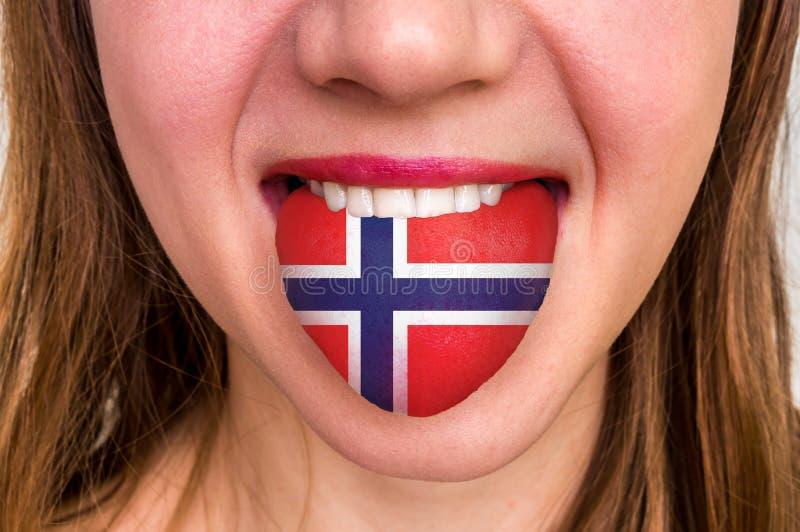 Mulher com a bandeira norueguesa na língua fotografia de stock royalty free