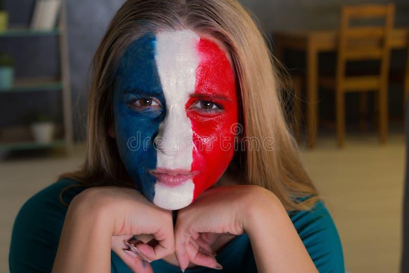 Mulher com a bandeira pintada de França foto de stock royalty free