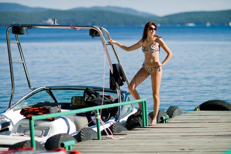 Mulher com barco a motor fotos de stock