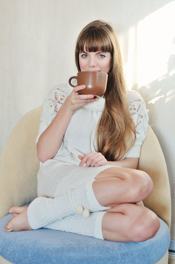Mulher com bebida quente imagem de stock