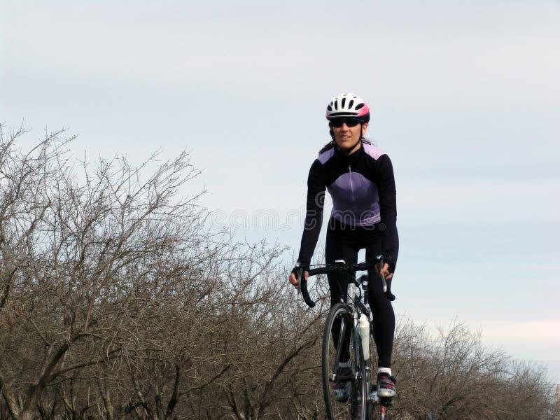 Mulher com bicicleta imagem de stock royalty free