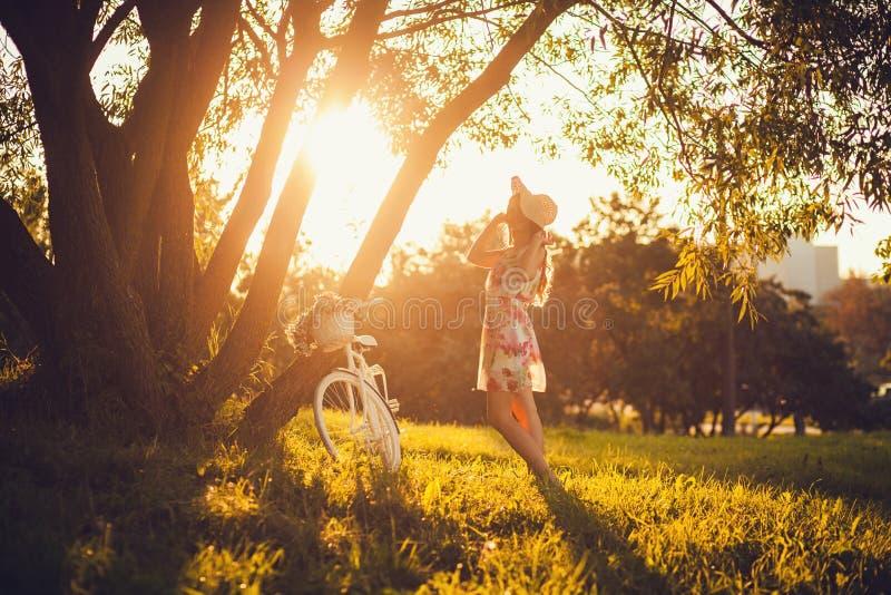Mulher com a bicicleta ao ar livre imagens de stock