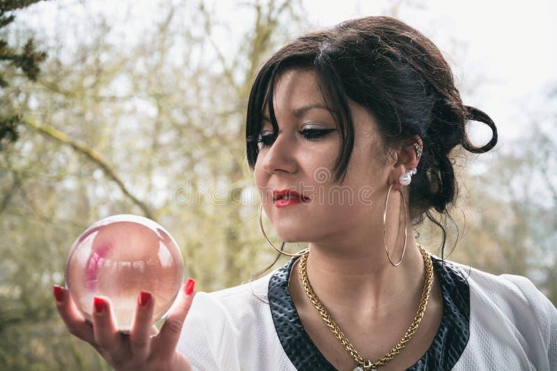 Mulher com bola de vidro fotos de stock royalty free