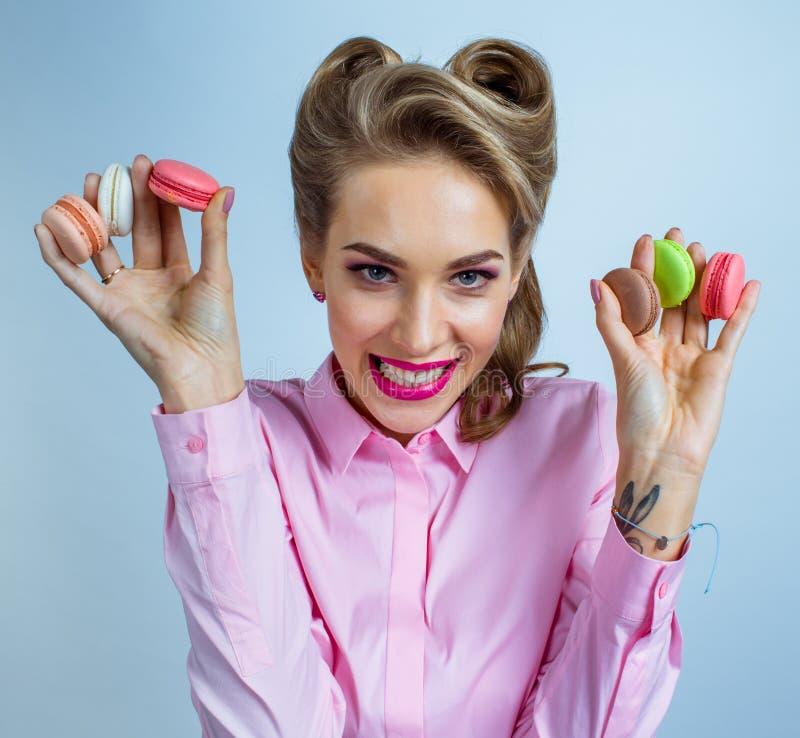 Mulher com bolinhos de amêndoa coloridos fotos de stock