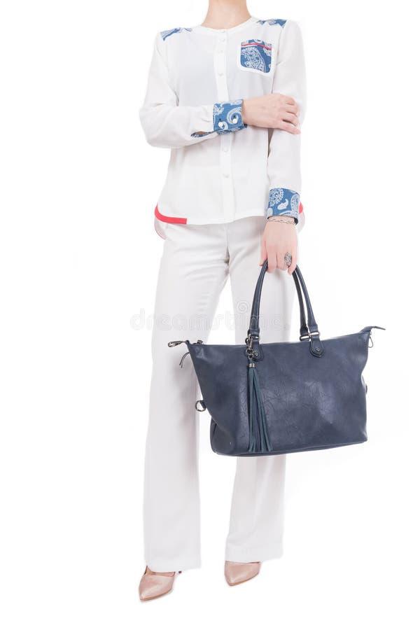 Mulher com a bolsa azul nas mãos Fundo branco isolado imagens de stock royalty free