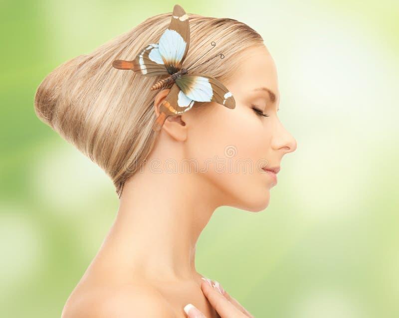 Mulher com a borboleta no cabelo imagem de stock royalty free