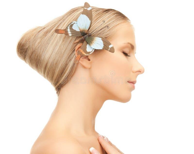 Mulher com a borboleta no cabelo imagens de stock