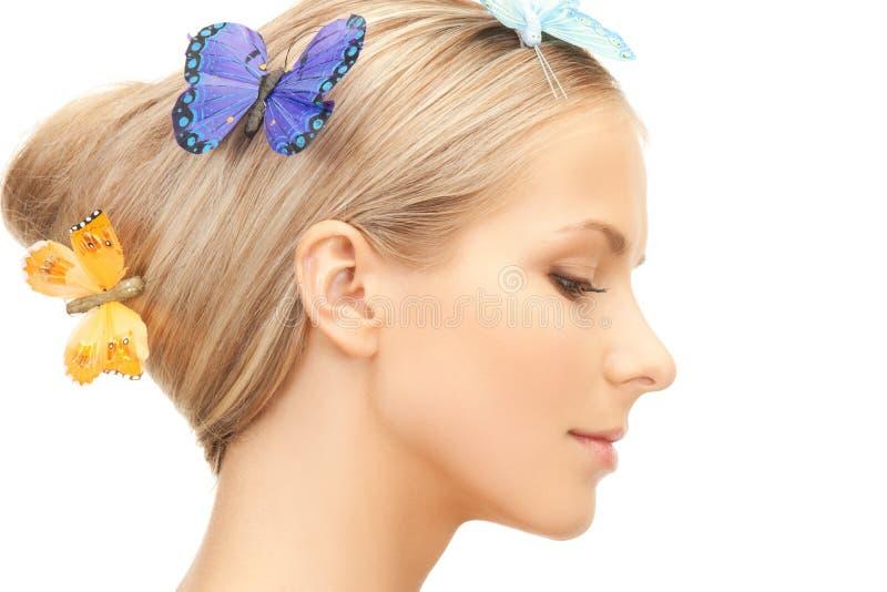 Mulher com a borboleta no cabelo imagem de stock