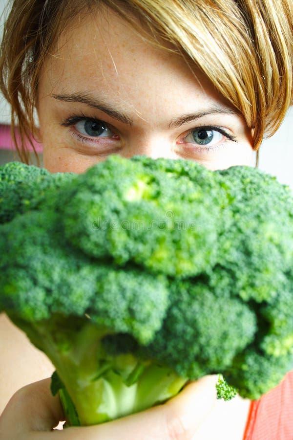 Mulher com bróculos imagens de stock royalty free