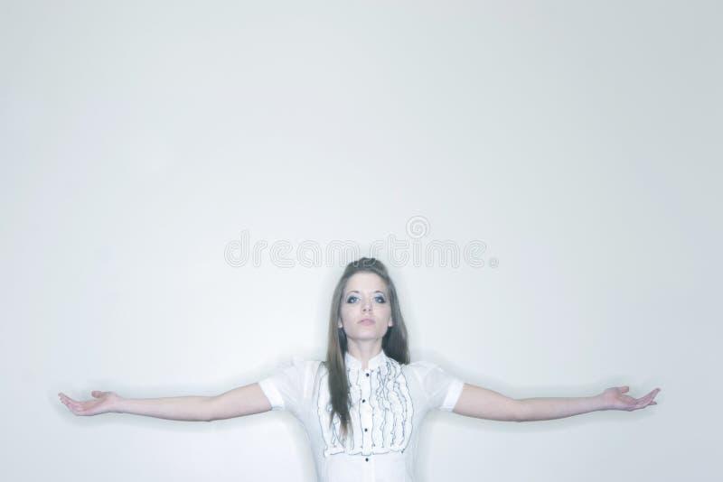 Mulher com braços outstretched fotografia de stock