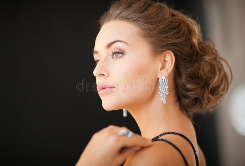 Mulher com brincos do diamante fotografia de stock