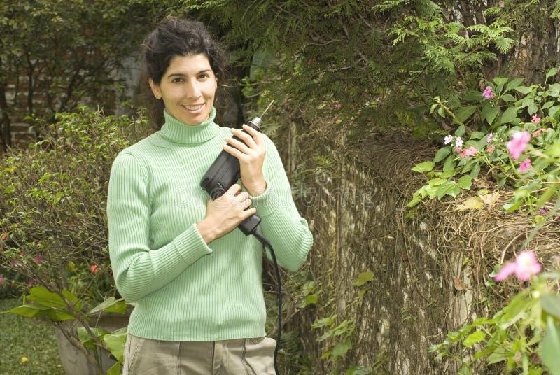 Mulher com broca que sorri na câmera - horizontal fotografia de stock