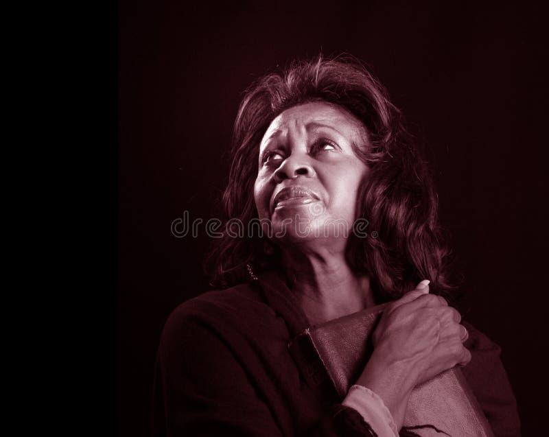 Mulher com BW da Bíblia imagem de stock