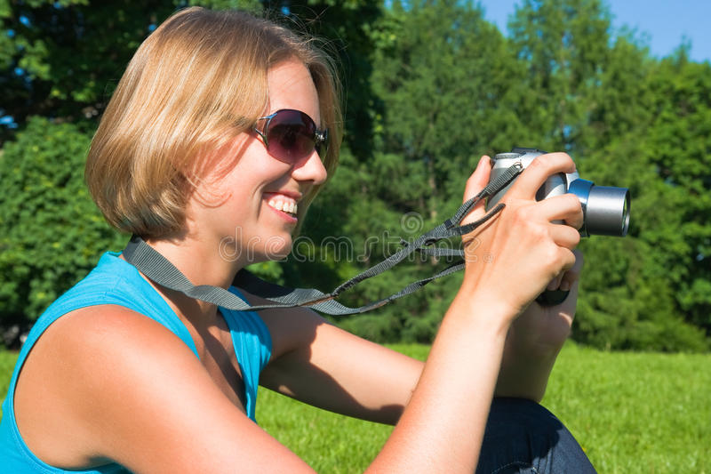 A mulher com a câmera imagem de stock royalty free