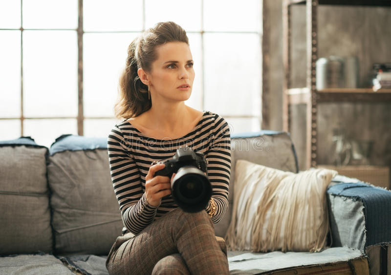 Mulher com a câmera da foto do dslr imagem de stock royalty free