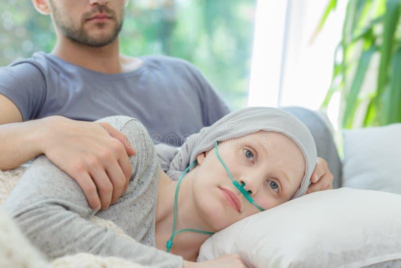 Mulher com a cânula nasal do oxigênio fotos de stock royalty free