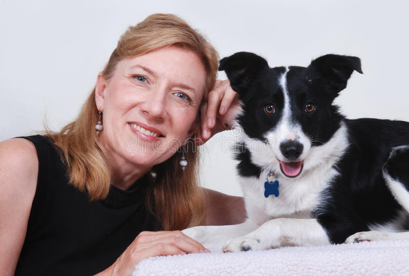 Mulher com cão, Collie de beira fotos de stock royalty free