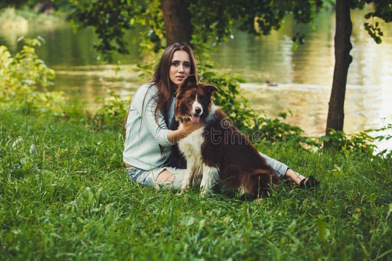 Mulher com cão de border collie fotografia de stock
