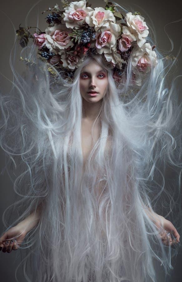 Mulher com cabelo branco e as rosas brancas fotos de stock