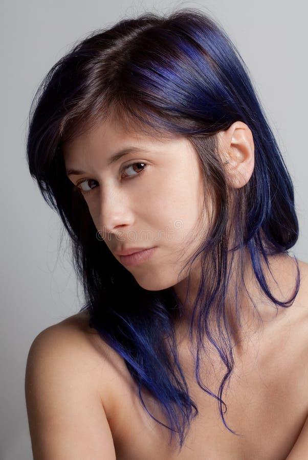 Mulher com cabelo colorido azul imagens de stock