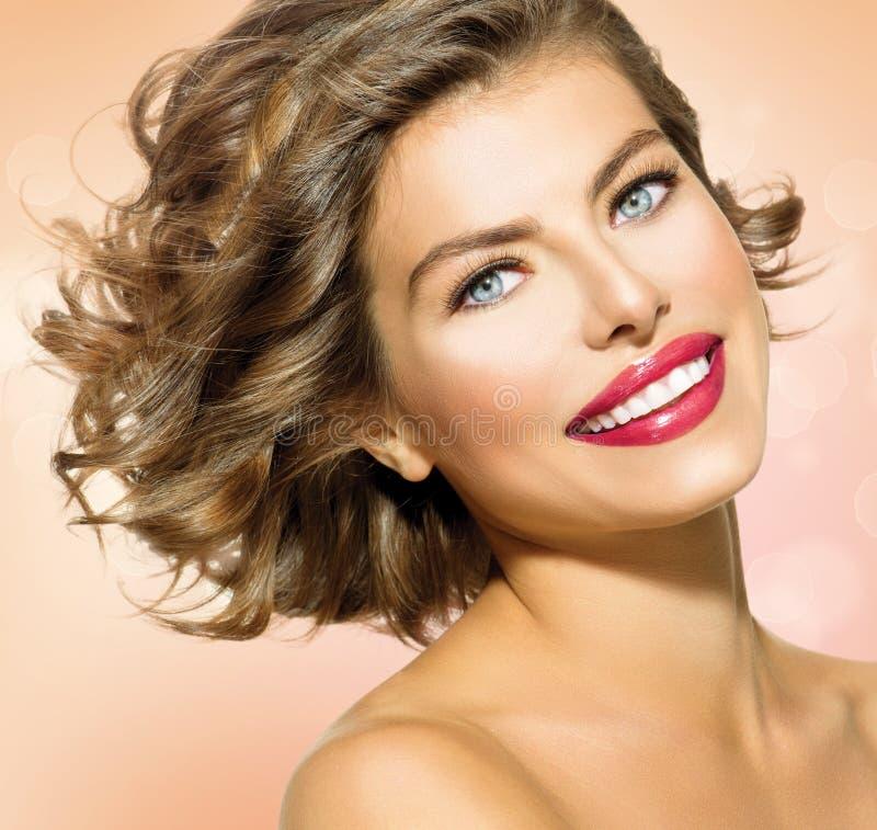 Mulher com cabelo encaracolado curto foto de stock