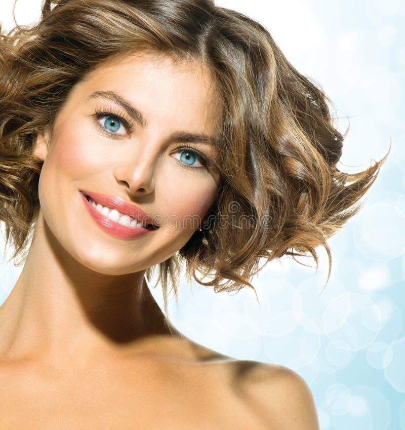 Mulher com cabelo encaracolado curto imagem de stock royalty free