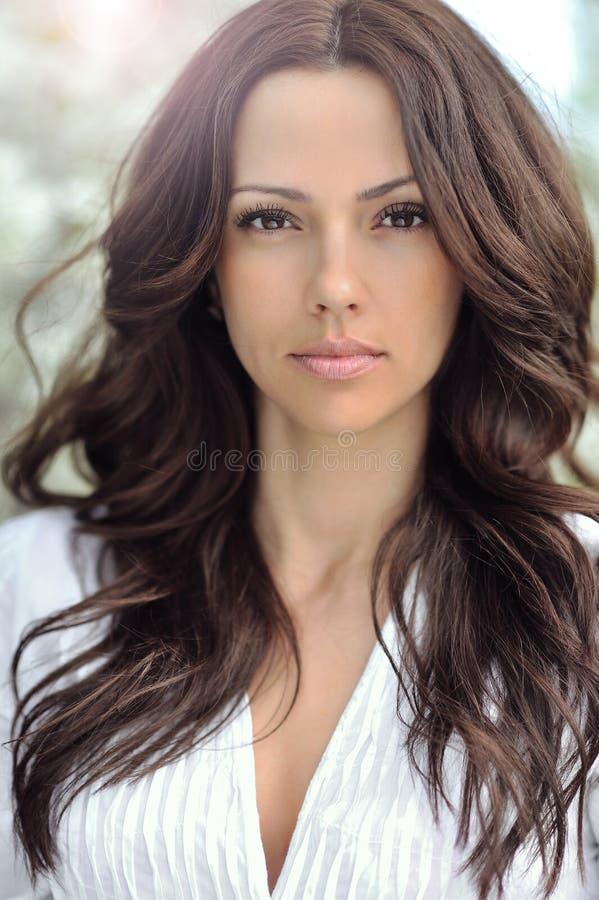 Mulher com cabelo encaracolado longo bonito Menina bonita com s perfeito fotografia de stock royalty free