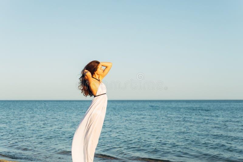 Mulher com cabelo longo no por do sol foto de stock