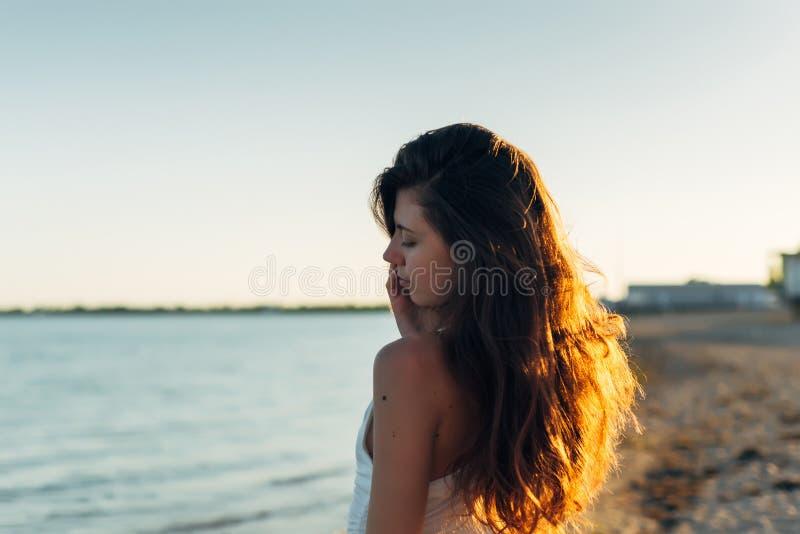 Mulher com cabelo longo no por do sol foto de stock royalty free