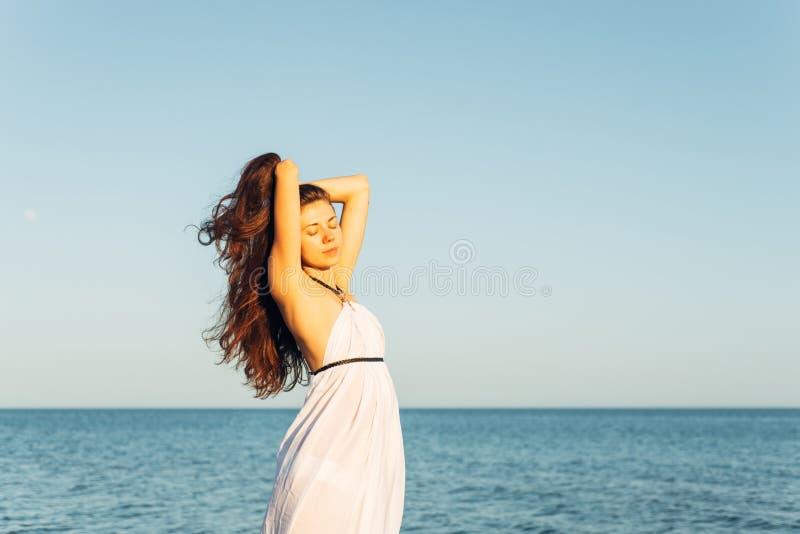 Mulher com cabelo longo no por do sol fotos de stock royalty free
