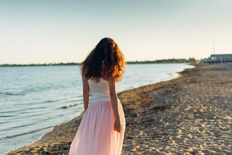 Mulher com cabelo longo no por do sol imagem de stock