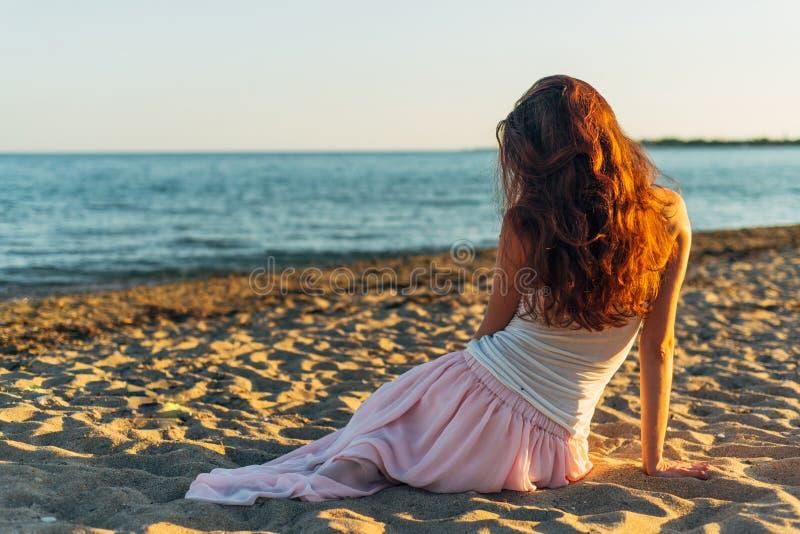 Mulher com cabelo longo no por do sol imagem de stock royalty free