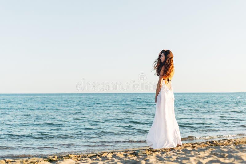 Mulher com cabelo longo no por do sol fotografia de stock royalty free